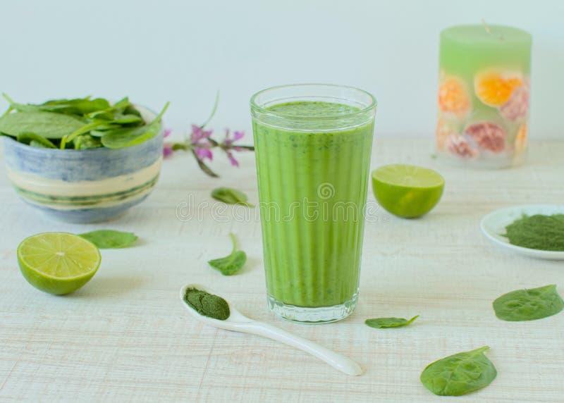 Sund grön smoothie i ett exponeringsglas royaltyfria foton