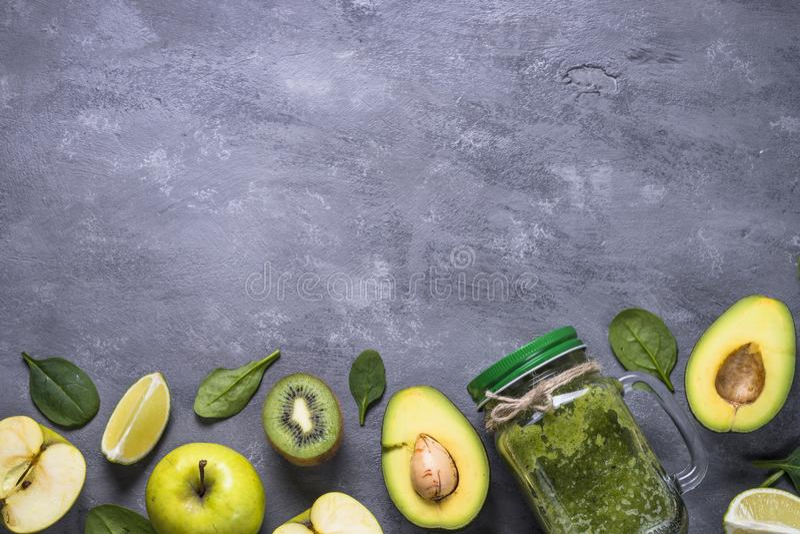 Sund grön smoothie i murarekrus och ingredienser royaltyfria foton