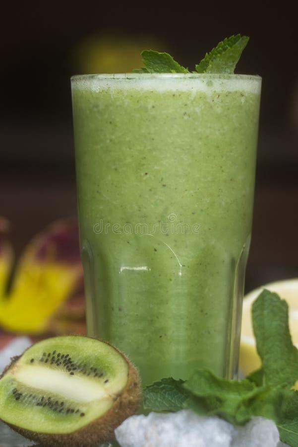 Sund grön smoothie med kiwin royaltyfria foton