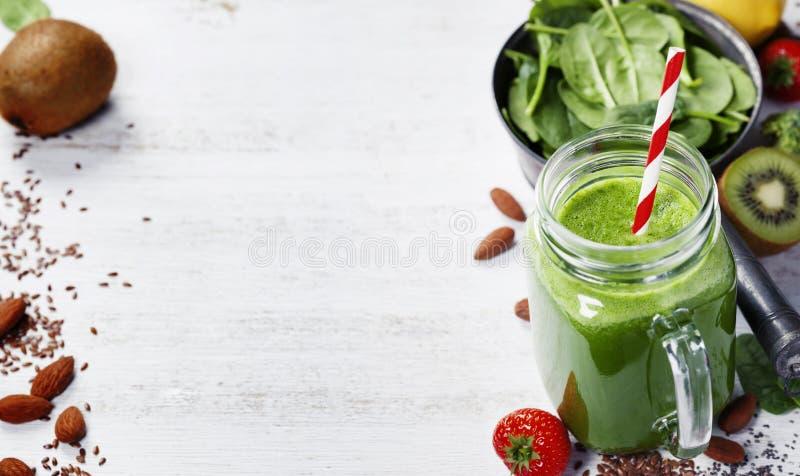 Sund grön smoothie och ingredienser arkivfoton