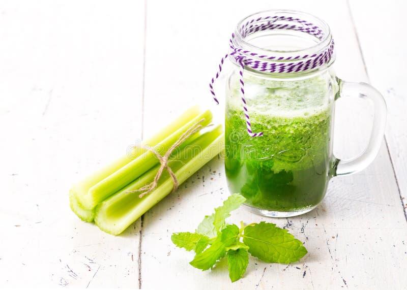 Sund grön smoothiedrink med selleri arkivfoto