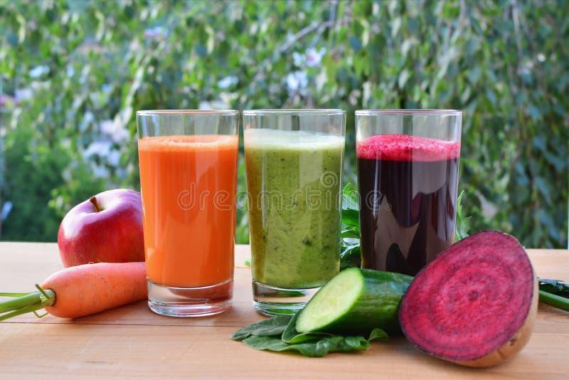 Sund grönsak och fruktsmoothies och fruktsaft royaltyfria foton