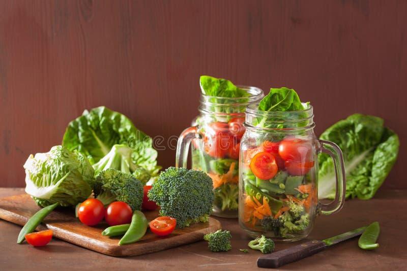 Sund grönsaksallad i murarekrus tomat broccoli, morot, royaltyfri foto