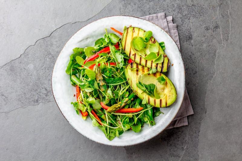 Sund grillad avokado- och sparrissallad med linnefrö Grå färger kritiserar bakgrund Top beskådar royaltyfri bild