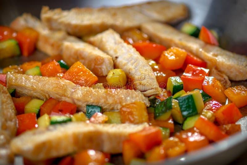 Sund grillad höna och Veggies royaltyfria foton