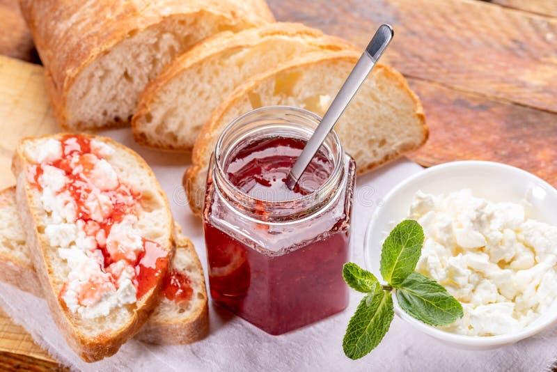 Sund hemlagad frukost med bröd, sött jordgubbedriftstopp och ostmassa royaltyfri foto