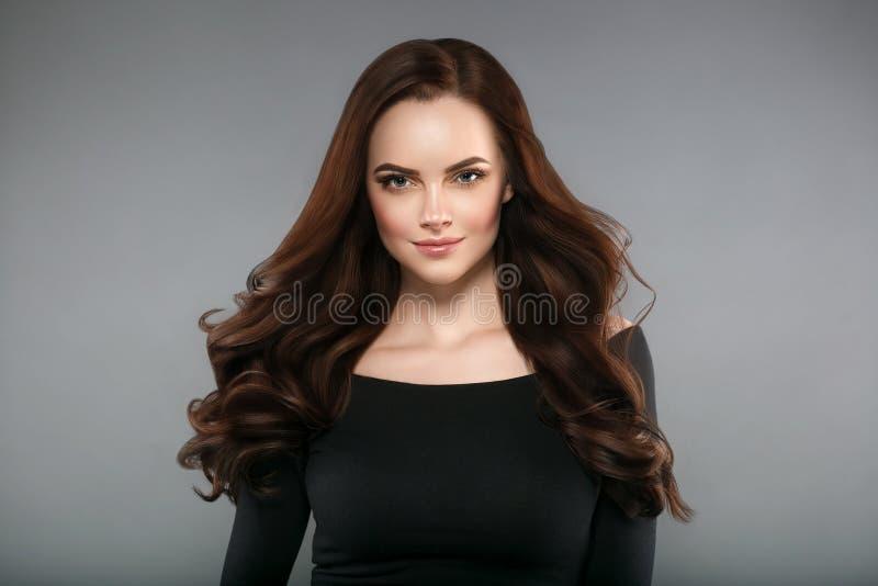 Sund hud för kvinnaskönhet och frisyr, brunett med långt hår fotografering för bildbyråer