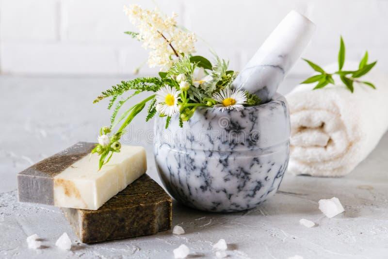 Sund hudomsorg Tv?l-, handduk- och blommasnowdrops Naturlig handgjord tvål med torkade örter och blommor, havet saltar Naturlig v royaltyfria bilder