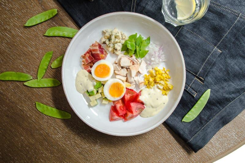 Sund hurtig Cobb för bästa sikt sallad med höna, bacon, tomat, lökar, ägg, haricot vert amerikansk mat Slut upp, hem gjort royaltyfri foto