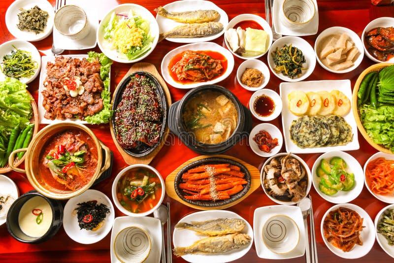 Sund korean som äter middag tabellen royaltyfria bilder