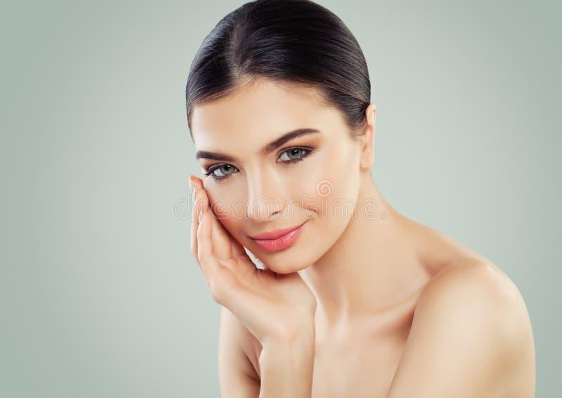 Sund kvinna med den unga perfekta kvinnliga framsidacloseupen för klar hud arkivbilder