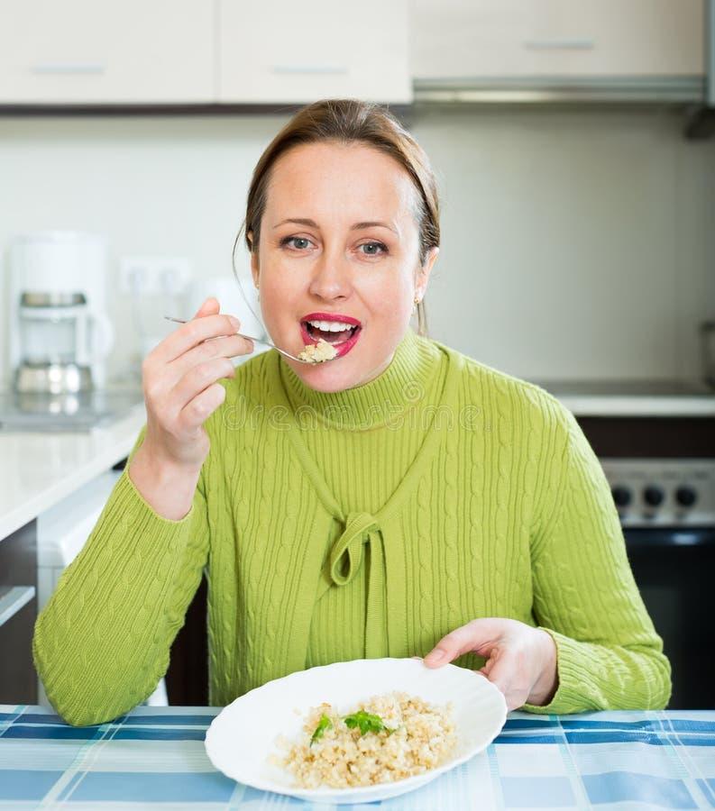 Sund kvinna som äter ris royaltyfria foton