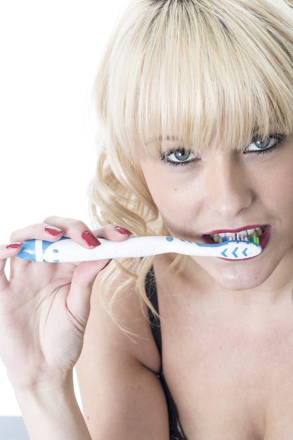 Sund kvinna som borstar tänder royaltyfri fotografi