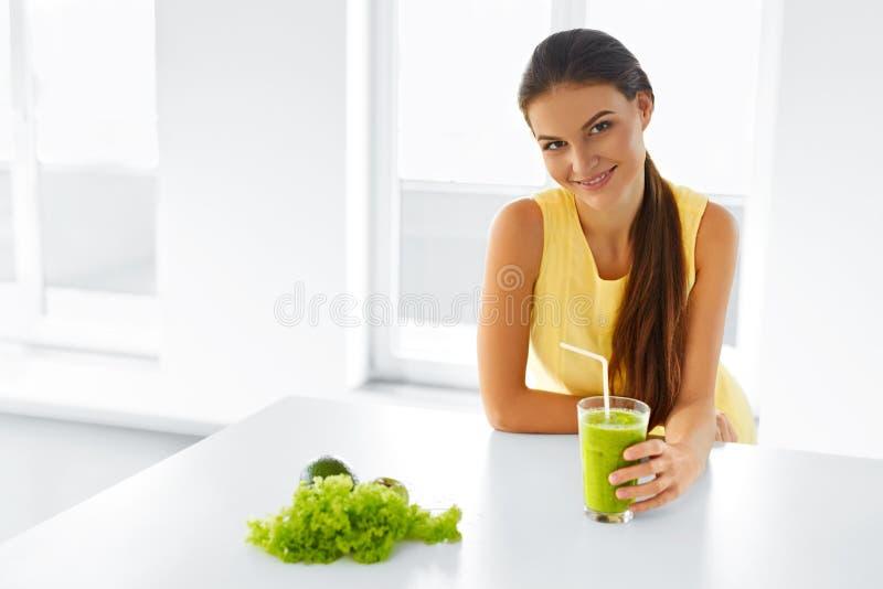 Sund kvinna som dricker grön Detoxfruktsaft Livsstil mat, Drin arkivbild