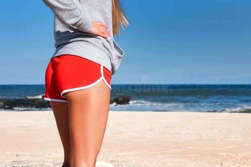 Sund kvinnaspring på stranden som gör den utomhus- sporten, frihet, semester arkivfoton