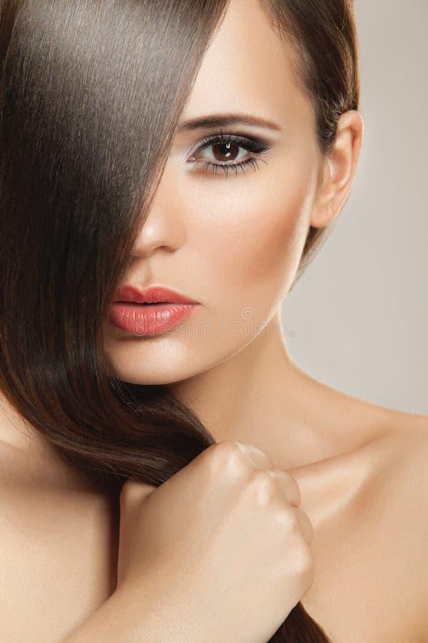 sund lång kvinna för härligt hår royaltyfri fotografi