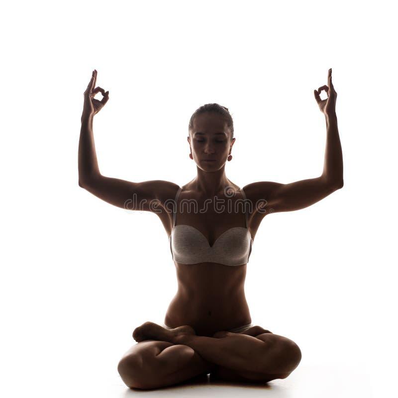 Sund latinokvinna som gör yoga arkivbild