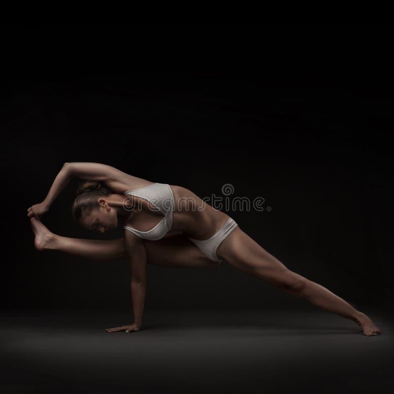 Sund latinokvinna som gör yoga royaltyfria bilder