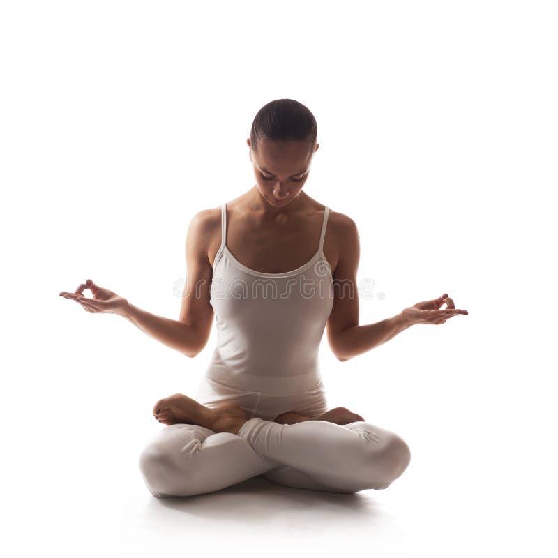 Sund latinokvinna som gör yoga royaltyfri fotografi