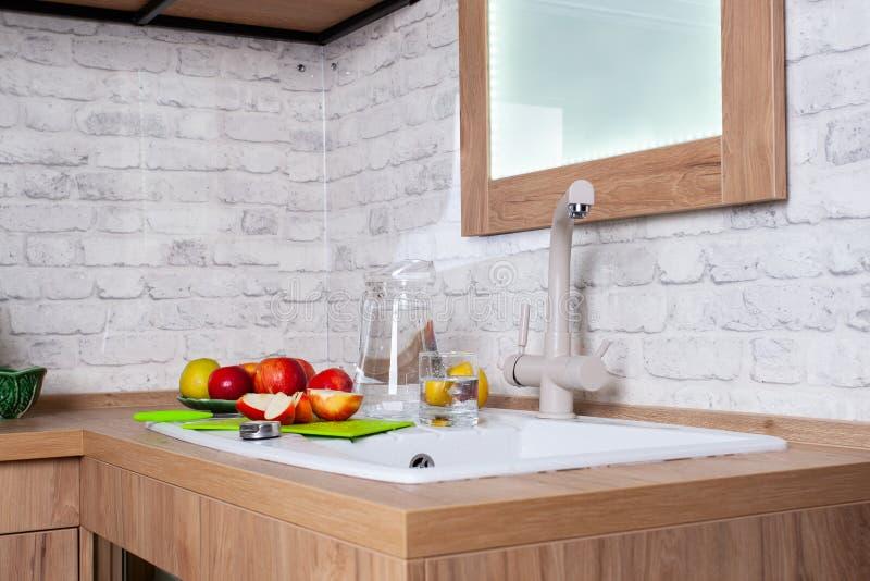 Sund livsstil, äpplen i vitt inre kök arkivfoto