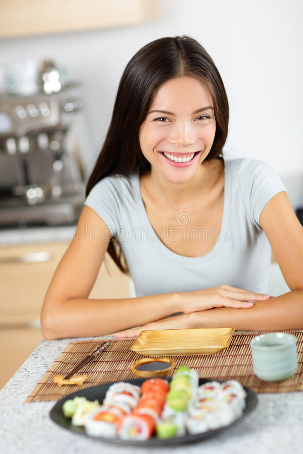 Sund livsstil - asiatiskt kvinnasammanträde med sushi royaltyfria bilder