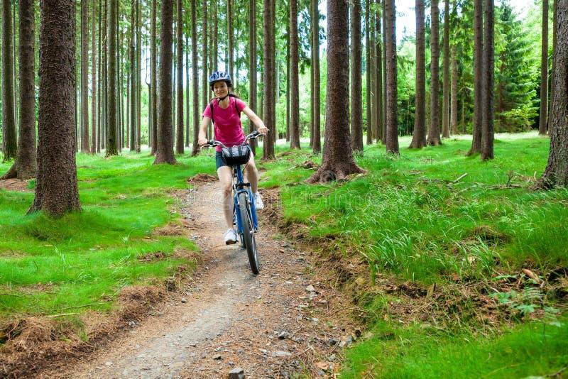 Sund livsstil - cykla för kvinna royaltyfri foto