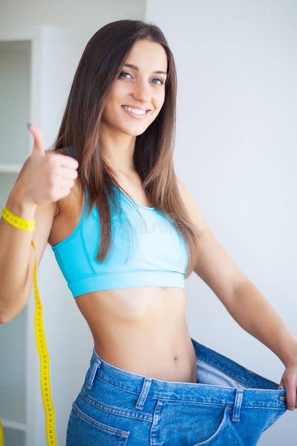 Sund livsstil Det härliga glade slanka flickavisningresultatet av bantar royaltyfri bild