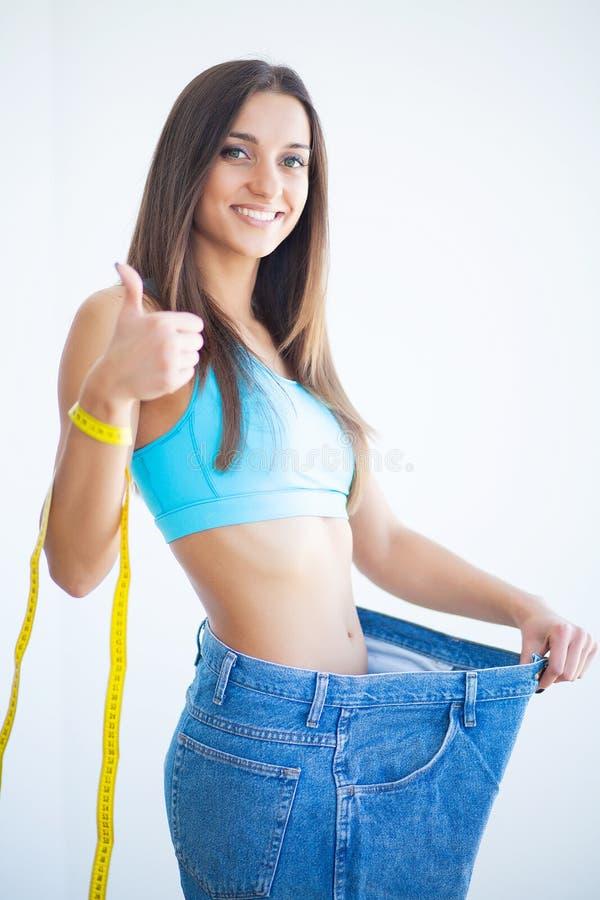Sund livsstil Det härliga glade slanka flickavisningresultatet av bantar fotografering för bildbyråer