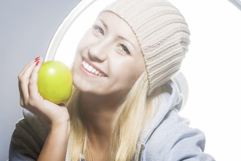 sund livsstil för begrepp Closeupstående av att le caucasianen arkivfoton