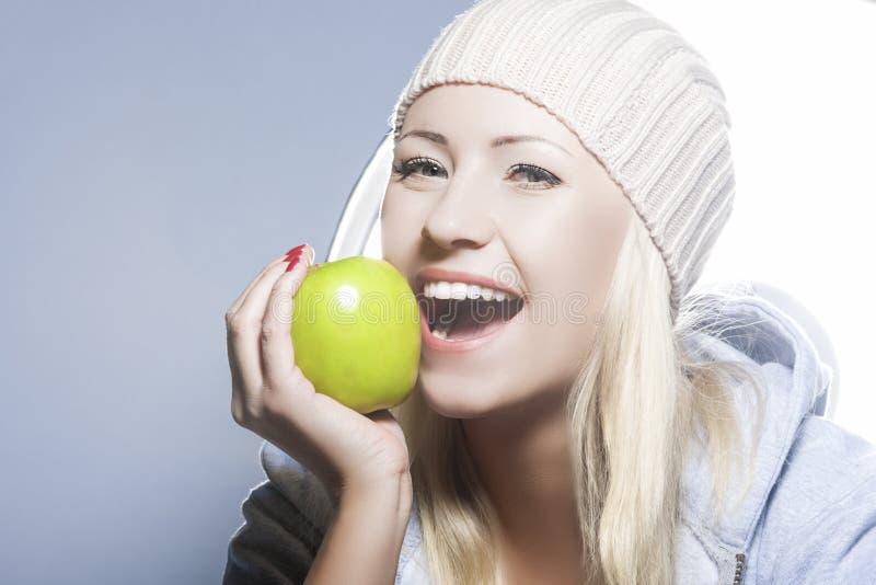 sund livsstil för begrepp Stående av att le Caucasian kvinna W royaltyfri foto