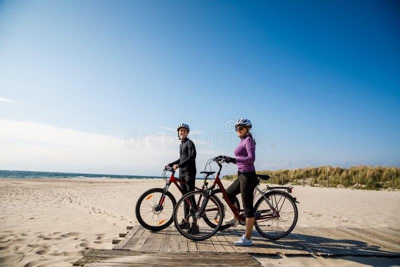 Sund livsstil - folk som rider cyklar arkivfoton