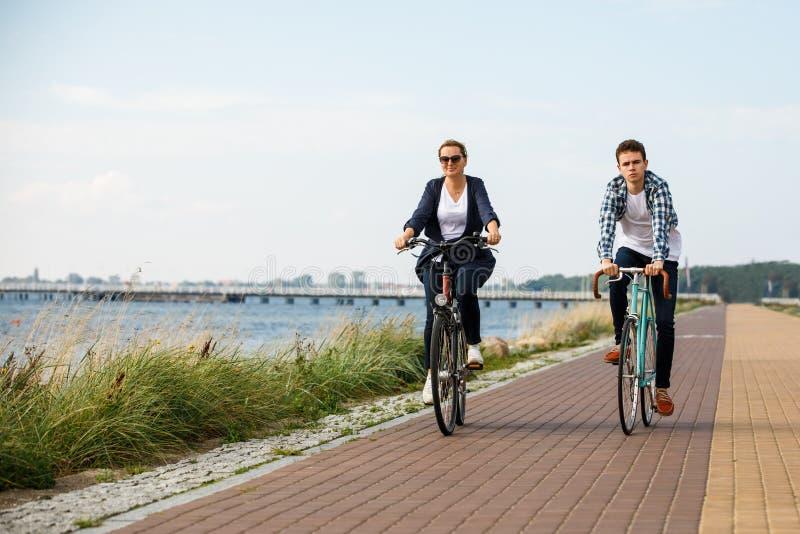 Sund livsstil - folk som rider cyklar royaltyfri bild