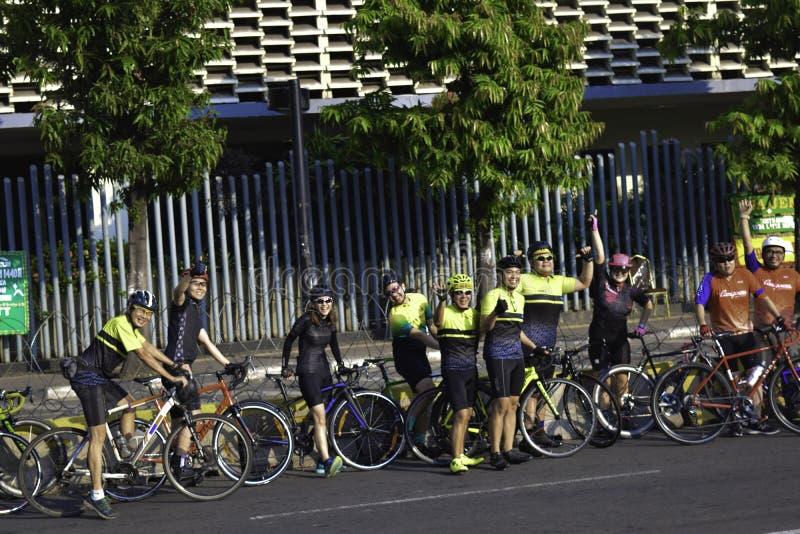 Sund livsstil - gruppfolk som rider cyklar i stad på helgen arkivfoton