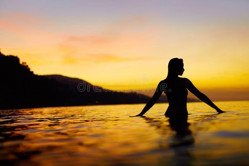 Sund livsstil, hälsa Kvinna som tycker om havssolnedgång Sommar vac royaltyfri fotografi