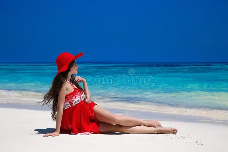 Sund livsstil Härlig bekymmerslös kvinna i hatt som tycker om exot arkivfoton