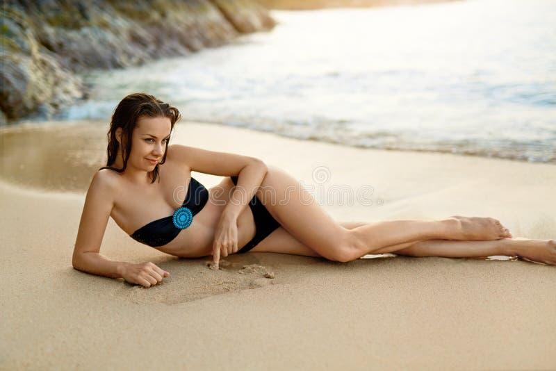 Sund livsstil härligt avslappnande kvinnabarn för strand Summ royaltyfri fotografi