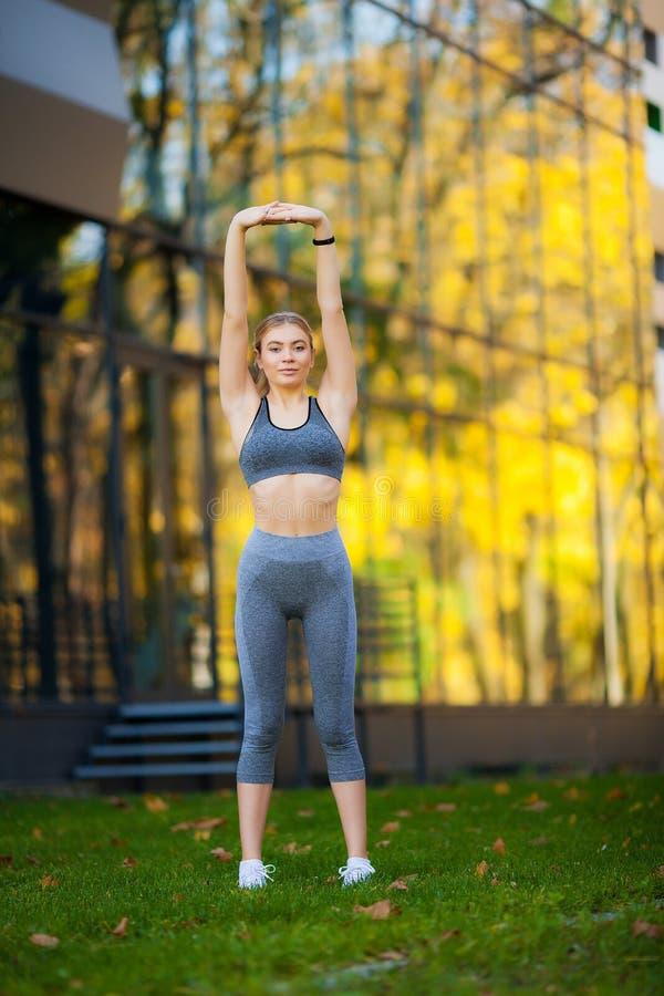 Sund livsstil Konditionkvinna som gör övning i stadsmiljö arkivfoton