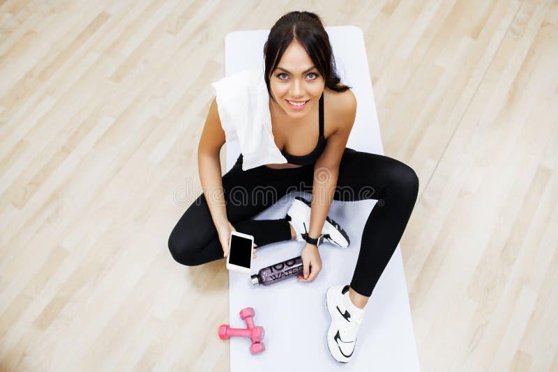 Sund livsstil Konditionkvinna som g?r ?vning i idrottshall arkivfoton