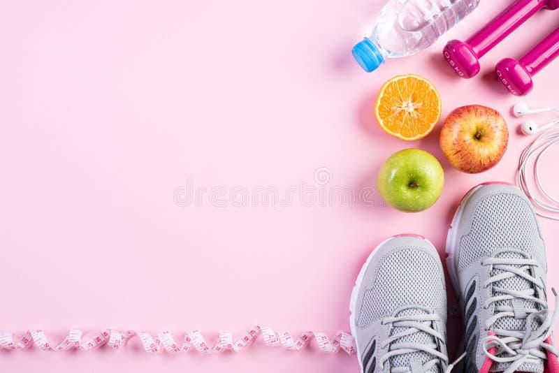 Sund livsstil, mat och sportbegrepp Bästa sikt av idrottsman nen utrustning som mäter den rosa hanteln för band, sportvattenflask royaltyfri bild