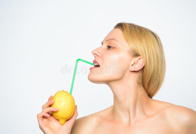 Sund livsstil och organisk näring Lemonadvitamindryck Smutt av vitaminer Tyck om naturlig fruktsaft Flickadrink arkivfoto