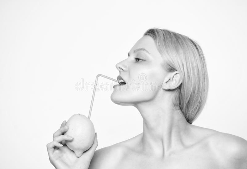 Sund livsstil och organisk näring Lemonadvitamindryck Smutt av vitaminer Tyck om naturlig fruktsaft Flickadrink royaltyfria bilder