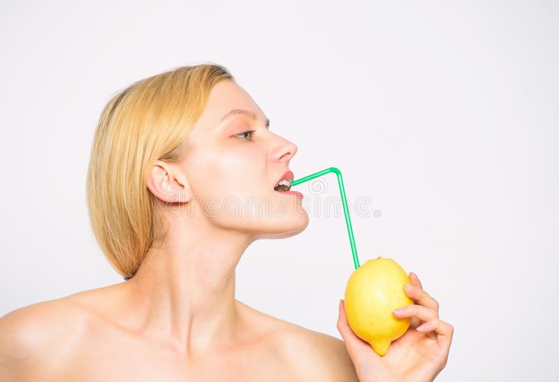 Sund livsstil och organisk n?ring Lemonadvitamindryck Smutt av vitaminer Tyck om naturlig fruktsaft Flickadrink royaltyfria bilder