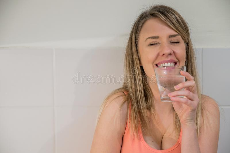 Sund livsstil Stående av den lyckliga le unga kvinnan med Gl arkivfoton
