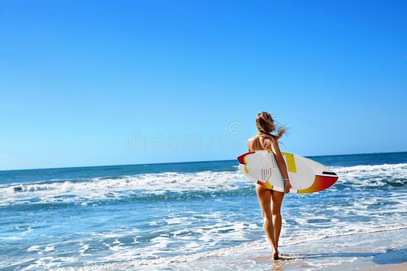 Sund livsstil surfa konkurrensar som dyker pölsportar som simmar vatten Kvinna med surfingbrädan royaltyfria foton