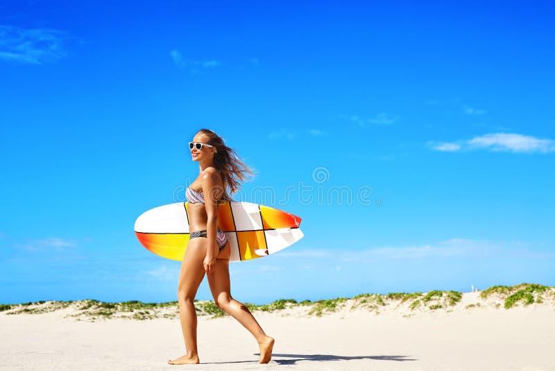 Sund livsstil surfa konkurrensar som dyker pölsportar som simmar vatten Kvinna med surfingbrädan arkivfoton