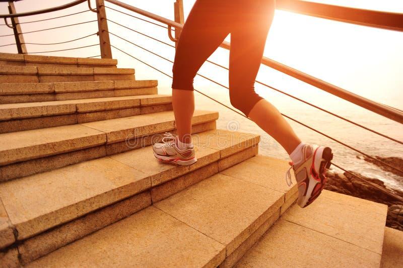 Sund livsstilkvinnaspring på stentrappa arkivfoton