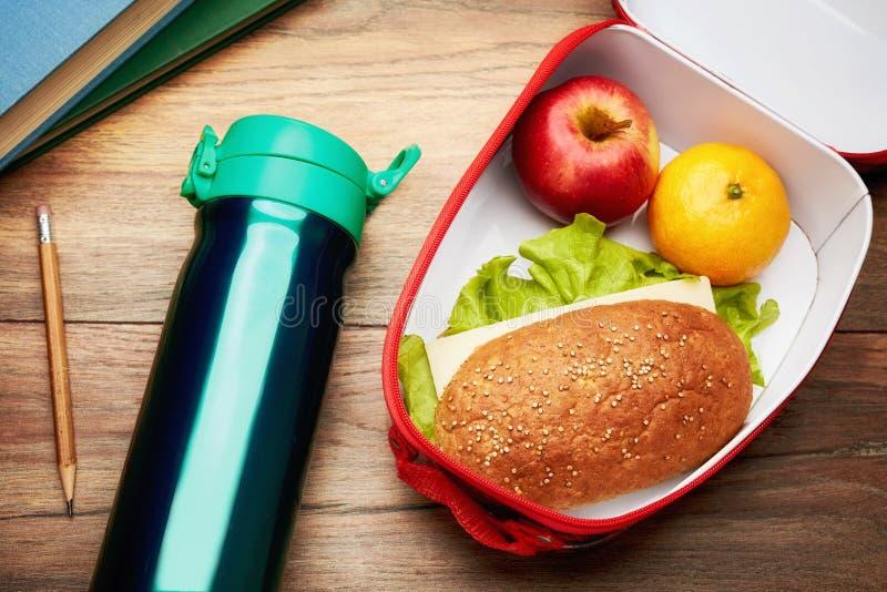 sund lunch för ask Begrepp av skolalunchavbrottet royaltyfria bilder