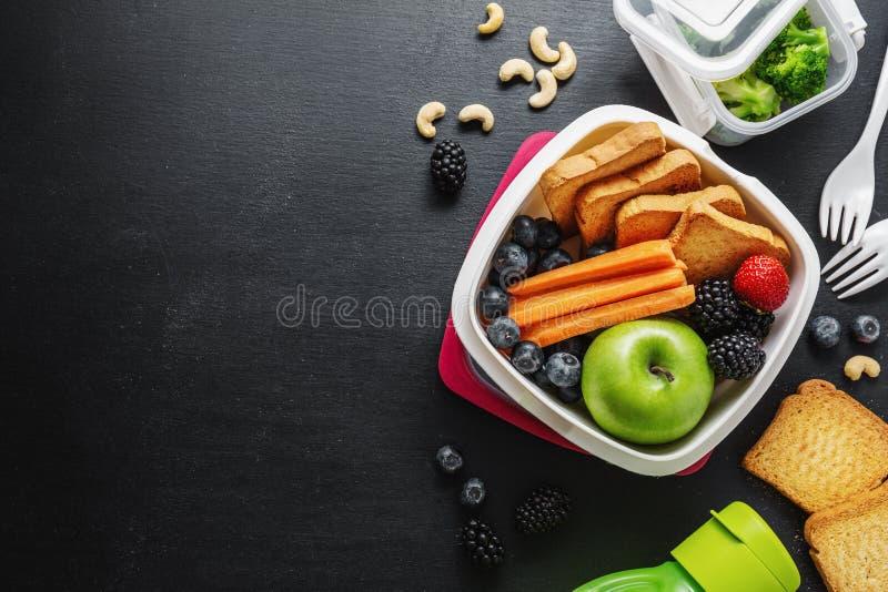 Sund lunch som går packat i lunchask arkivfoton