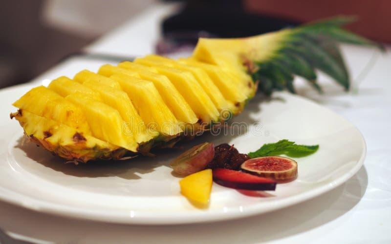 Sund mat - ananasefterrätt royaltyfri bild