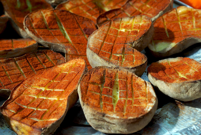 Sund mat: bakade potatisar med paprika, Spanien arkivbilder